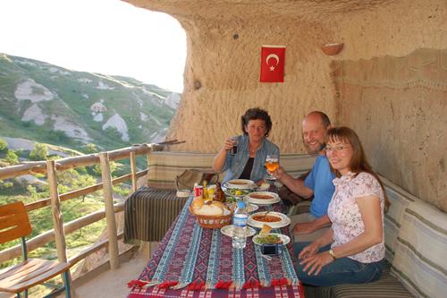 Foto: Unsere Gäste - Abendessen in der Höhle ASMALI CAVE HOUSE Kleines Höhlen Hotel in Kappadokien, Türkei