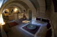 Fisheye Foto: Wohnzimmer der Suite Sirahane ASMALI CAVE HOUSE Kleines Höhlen Hotel in Kappadokien, Türkei