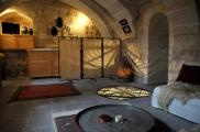 Foto: Wohnzimmer der Suite Sirahane ASMALI CAVE HOUSE Kleines Höhlen Hotel in Kappadokien, Türkei