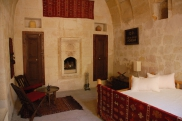 Foto: Schlafzimmer der Suite Sirahane ASMALI CAVE HOUSE Kleines Höhlen Hotel in Kappadokien, Türkei