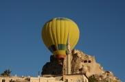 Foto: Burgberg von Uchisar mit Heissluftballon - Blick von der Terasse der Suite Sirahane ASMALI CAVE HOUSE Kleines Höhlen Hotel in Kappadokien, Türkei