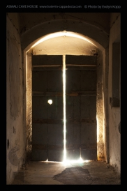 Foto: Licht und Dunkel | Nevsehir | © Evelyn Kopp | ASMALI CAVE HOUSE | Höhlenhotel in Kappadokien, Türkei